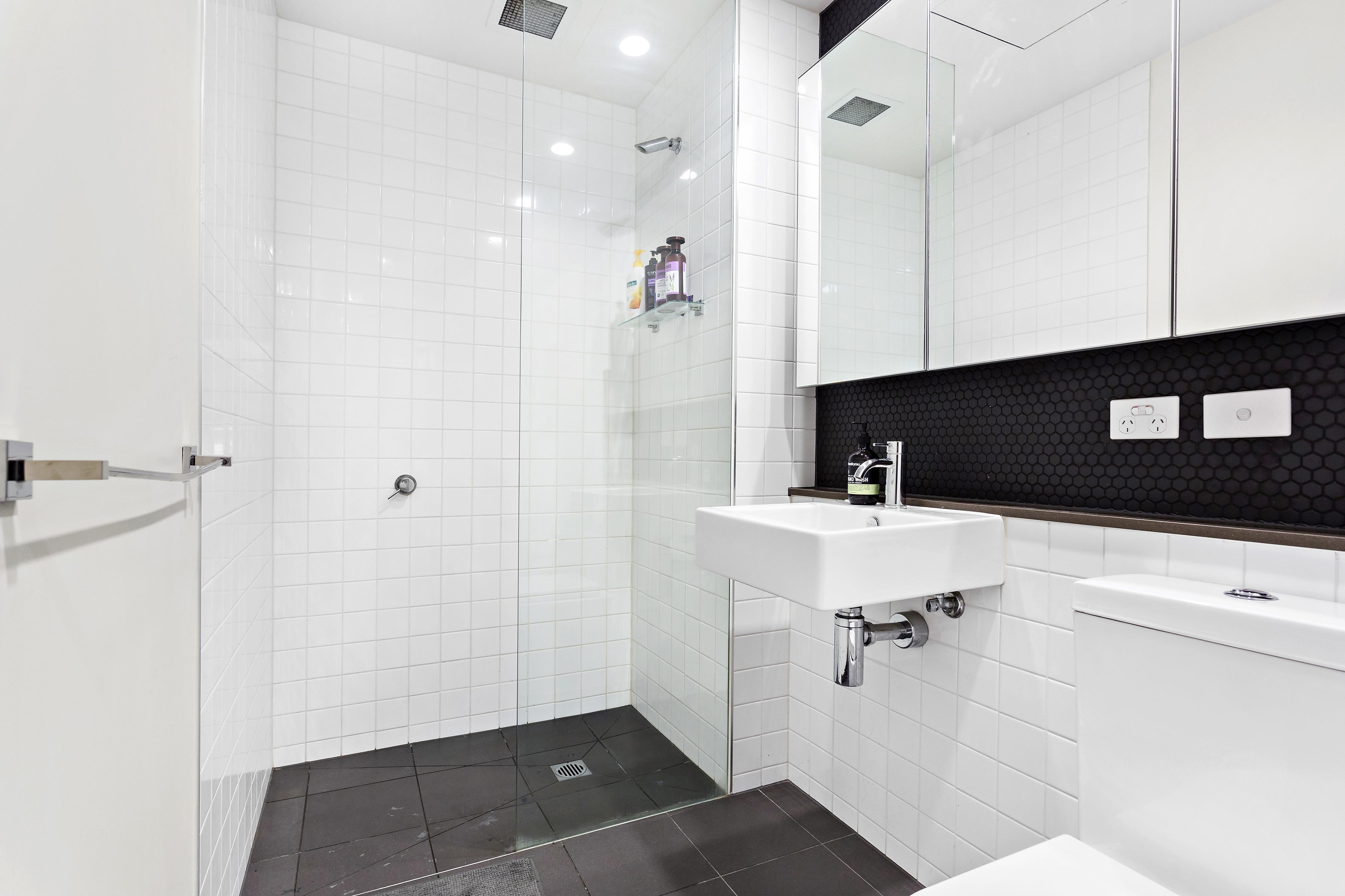 108-97-flemington-road-north-melbourne-student-accommodation-Melbourne-Bathroom-1-Unilodgers