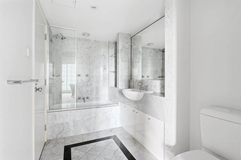 1708-265-exhibition-street-melbourne-student-accommodation-Melbourne-Bathroom-Unilodgers