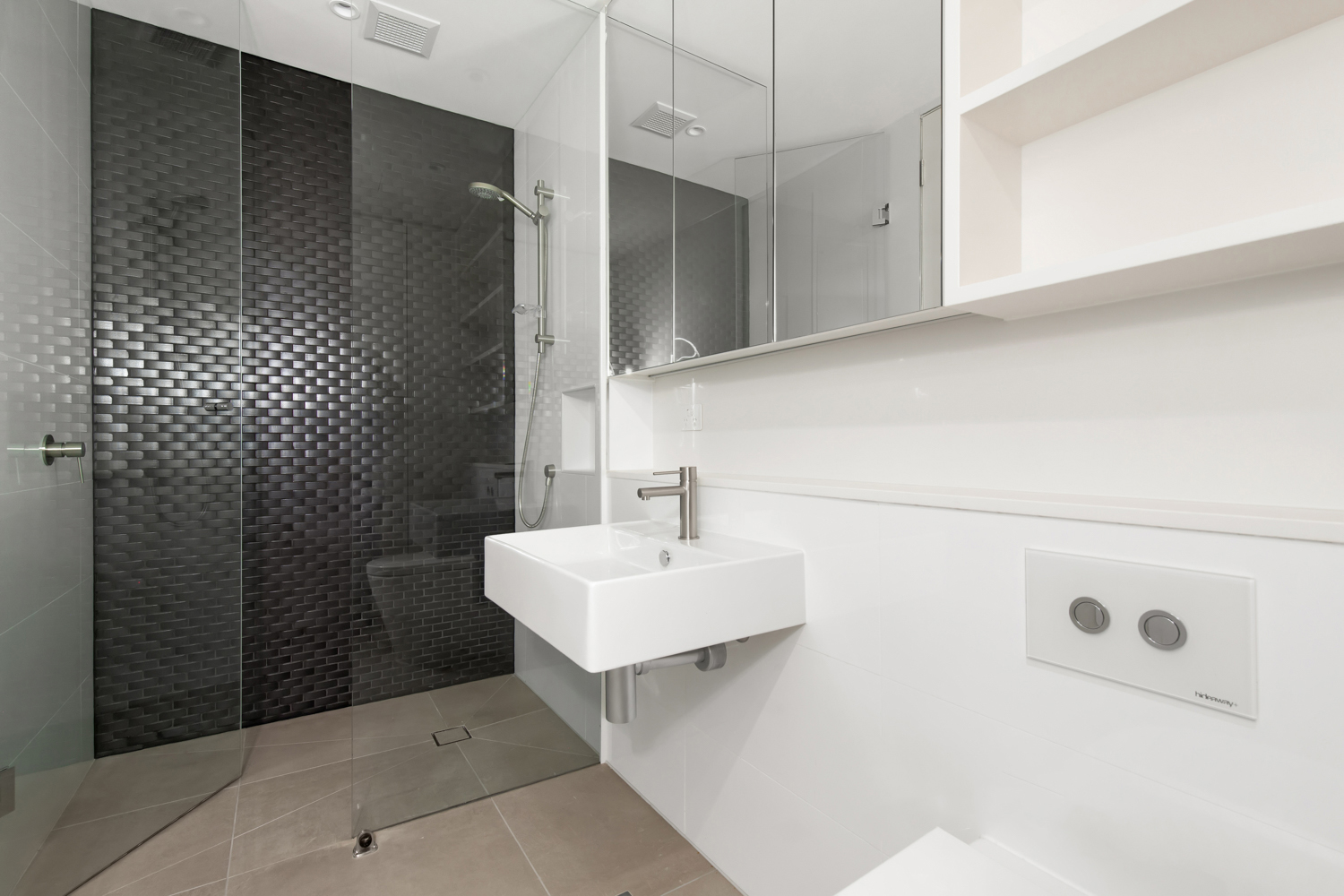 401-142-johnston-street-fitzroy-student-accommodation-Melbourne-Bathroom-Unilodgers