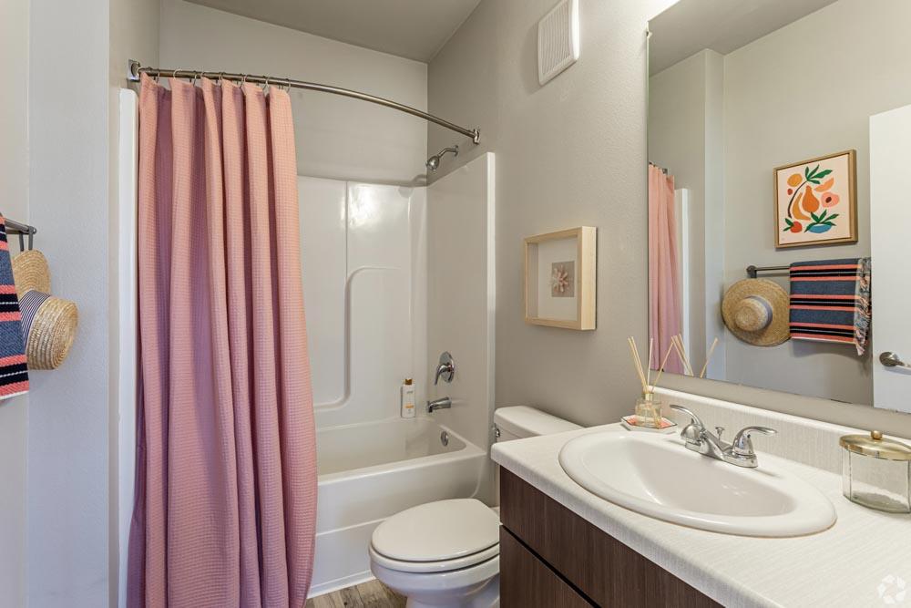 Beechwood-Village-Fayetteville-AR-Bathroom-Unilodgers