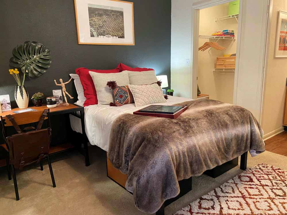 Redtail-On-The-River-West-Columbia-SC-Bedroom-With-Study-Desk-Unilodgers
