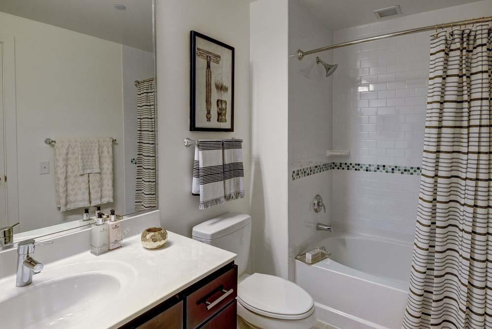 2116-Chestnut-Apartments-Philadelphia-PA-Bathroom-Unilodgers