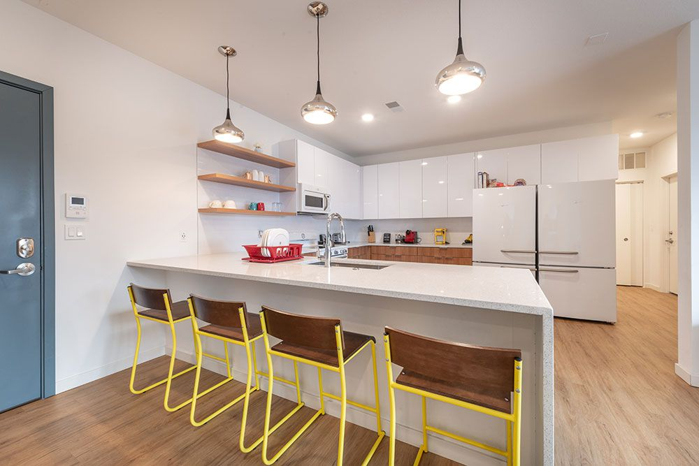 212-East-Champaign-IL-Kitchen-With-Breakfast-Bars-Unilodgers