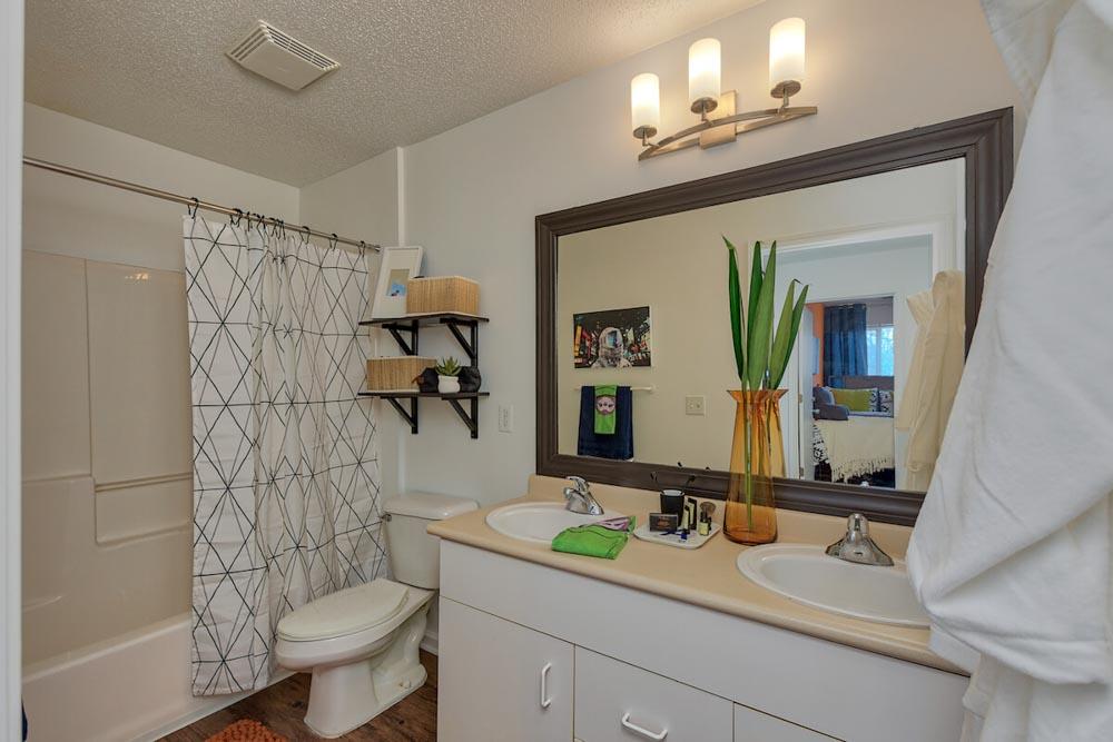 25-East-Lansing-MI-Bathroom-Unilodgers