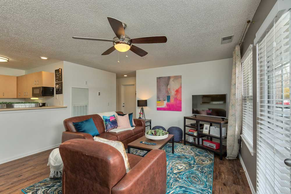 25-East-Lansing-MI-Living-Area-With-TV-Unilodgers