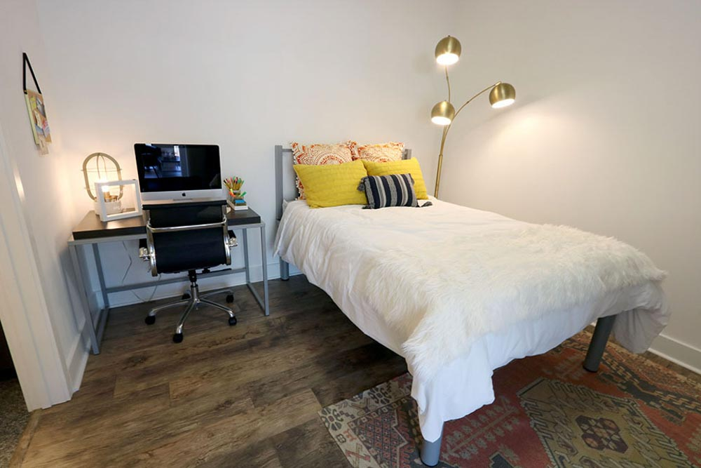 2811-Hillsborough-Raleigh-NC-Bedroom-With-Study-Desk-Unilodgers