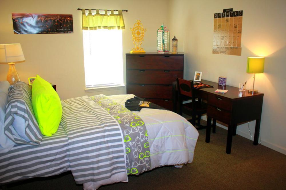 2909-Oliver-Wichita-KS-Bedroom-With-Study-Desk-Unilodgers