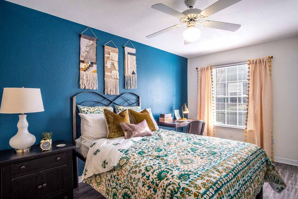 49-North-Charlotte-NC-Bedroom-With-Study-Desk-Unilodgers