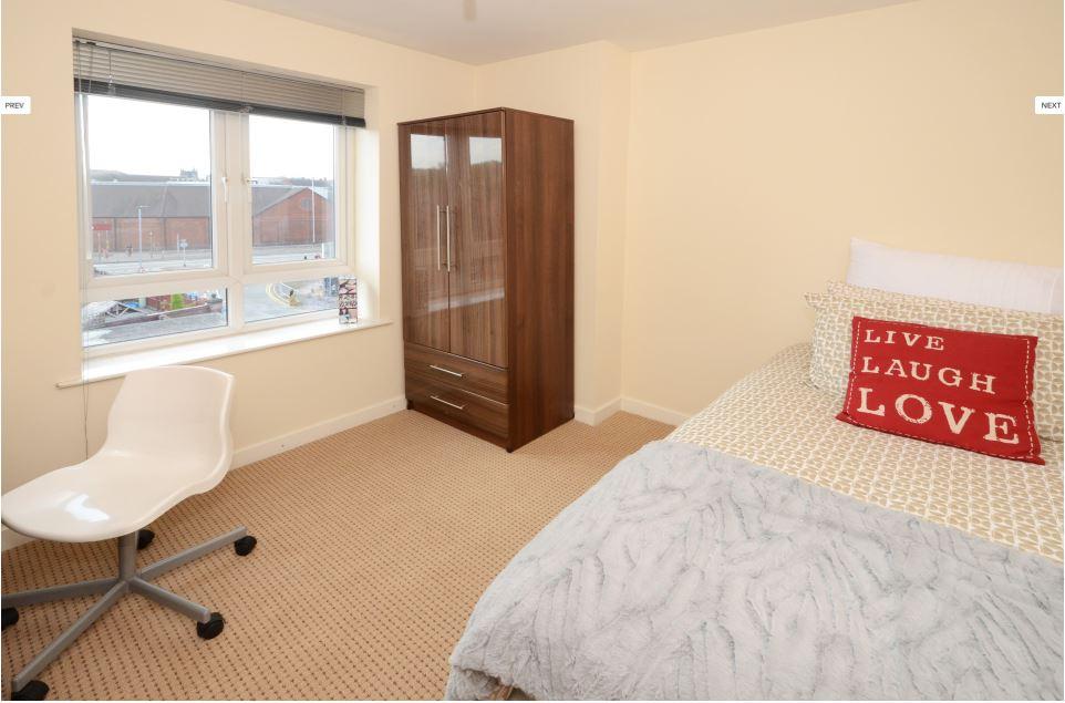 Hassells-Bridge-Apartments-New-castle-under-Lyme-UK-Bedroom-With- Wardrobe-Unilodgers