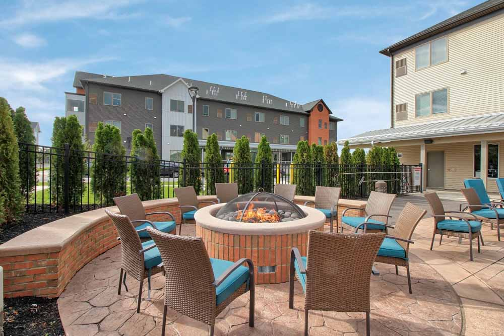 AXIS-360-Buffalo-NY-Outdoor-Courtyard-With-Fire-Pit-Unilodgers