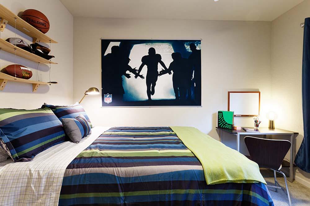 Alpha-Tuscaloosa-AL-Bedroom-With-Study-Desk-Unilodgers