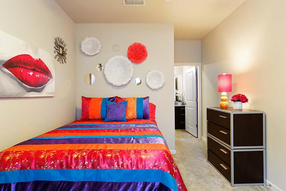 Alpha-Tuscaloosa-AL-Bedroom-With-Wardrobe-Unilodgers