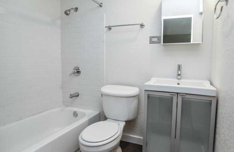 Aperture-Denver-CO-Bathroom-Unilodgers