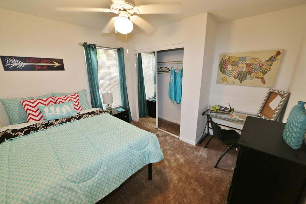 Aqua-Palms-Tallahassee-FL-Bedroom-With-Study-Desk-And-Chair-Unilodgers