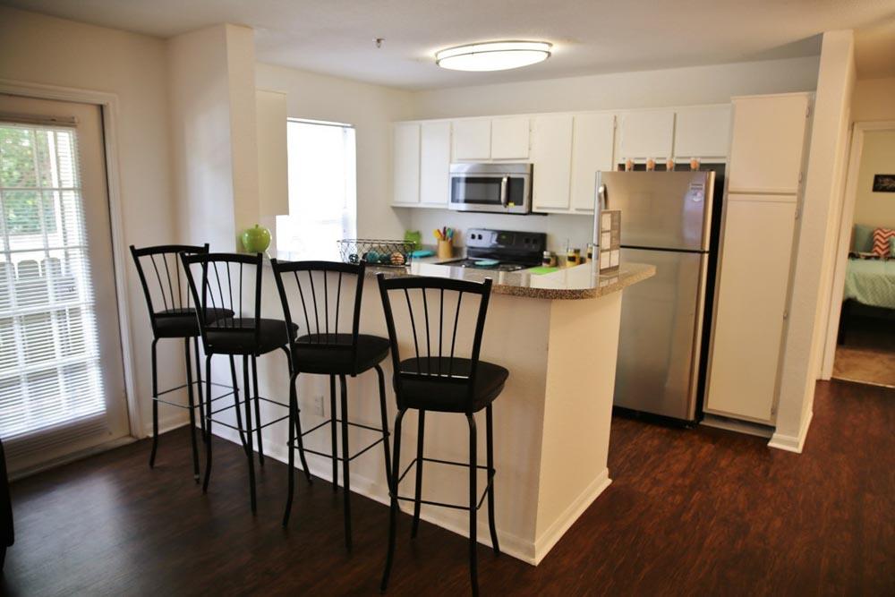 Aqua-Palms-Tallahassee-FL-Kitchen-With-Breakfast-Bar-Unilodgers