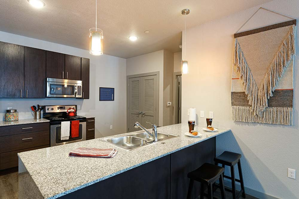 Atmosphere-Fayetteville-AR-Kitchen-With-Breakfast-Bar-Unilodgers