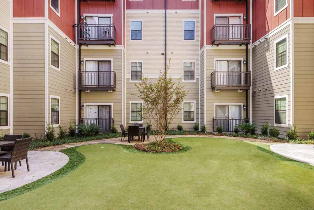 Aura-San-Marcos-TX-Outdoor-Courtyard-Unilodgers