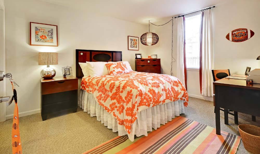 Avenue-East-Stillwater-OK-Bedroom-With-Study-Desk-And-Chair-Unilodgers