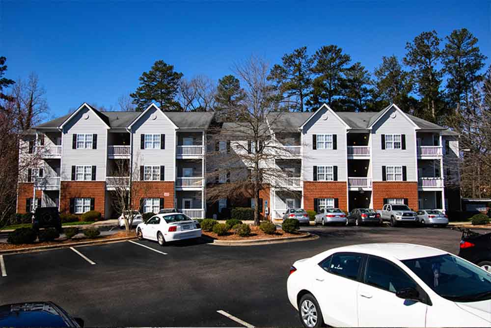Blue-Ridge-Apartments-Raleigh-NC-Exterior-With-Car-Parking-Unilodgers