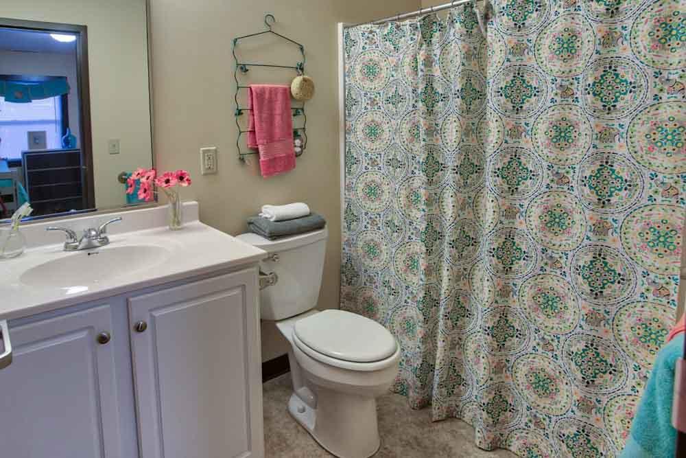 Buckeye-Village-Mansfield-OH-Bathroom-Unilodgers