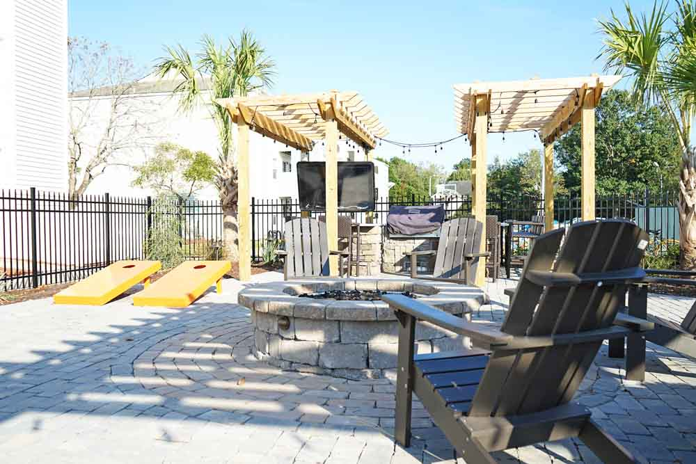 CEV-Wilmington-NC-Outdoor-Courtyard-2-Unilodgers