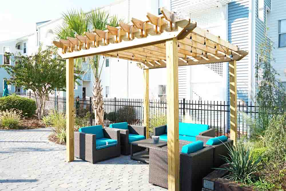CEV-Wilmington-NC-Outdoor-Courtyard-Unilodgers