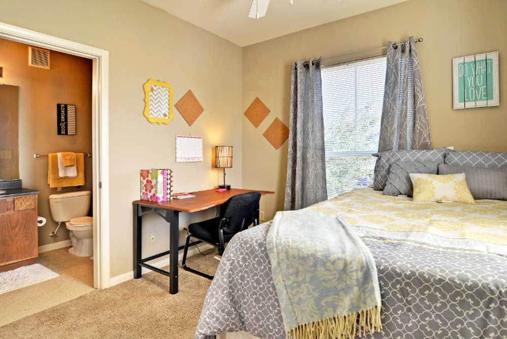 Cambridge-@-Southern-The-Pines-Statesboro-GA-Bedroom-With-Study-Desk-And-Chair-Unilodgers