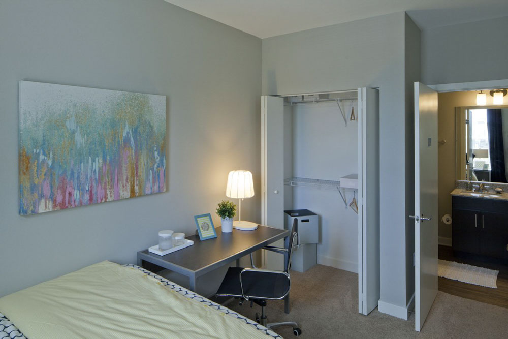 Campus-Circle-Urbana-IL-Bedroom-With-Study-Desk-And-Chair-Unilodgers