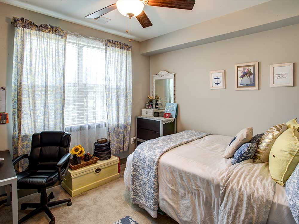 Campus-West-At-Tryon-Raleigh-NC-Bedroom-With-Study-Desk-Unilodgers