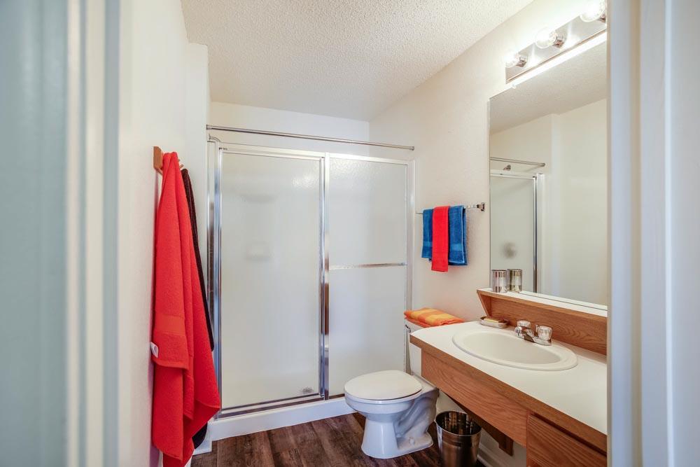 Campus-Lodge-Gainesville-FL-Bathroom-Unilodgers
