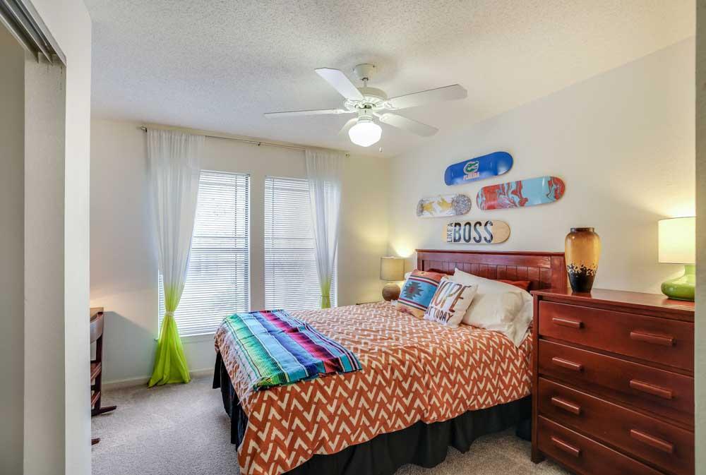 Campus-Lodge-Gainesville-FL-Bedroom-Unilodgers