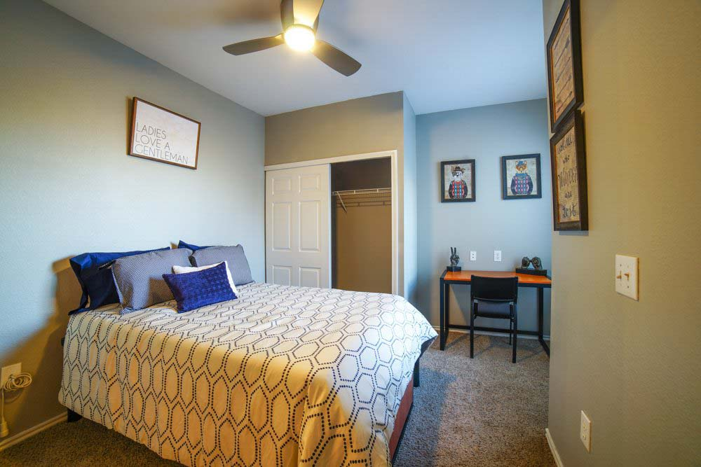 CastleRock-at-Denton-TX-Bedroom-With-Study-Desk-And-Chair-Unilodgers