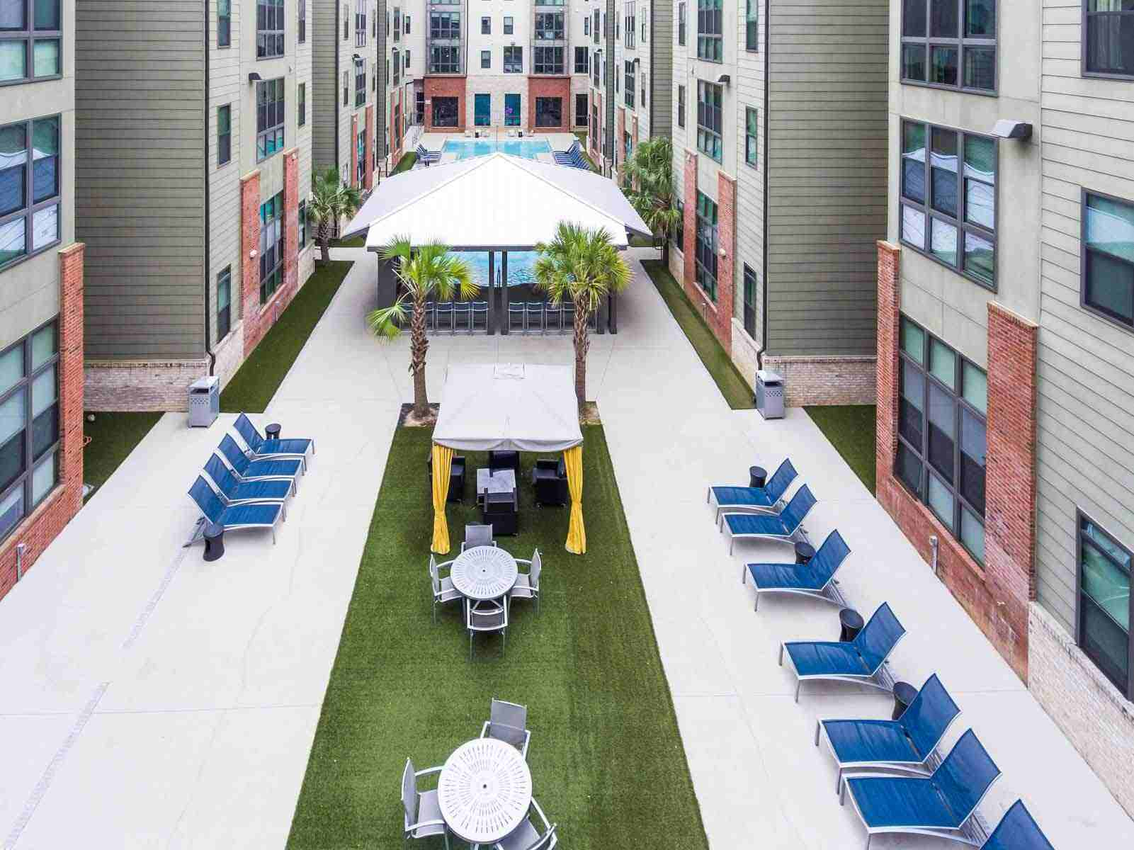 Catalyst-Tallahassee-Outdoor-Courtyard-Unilodgers