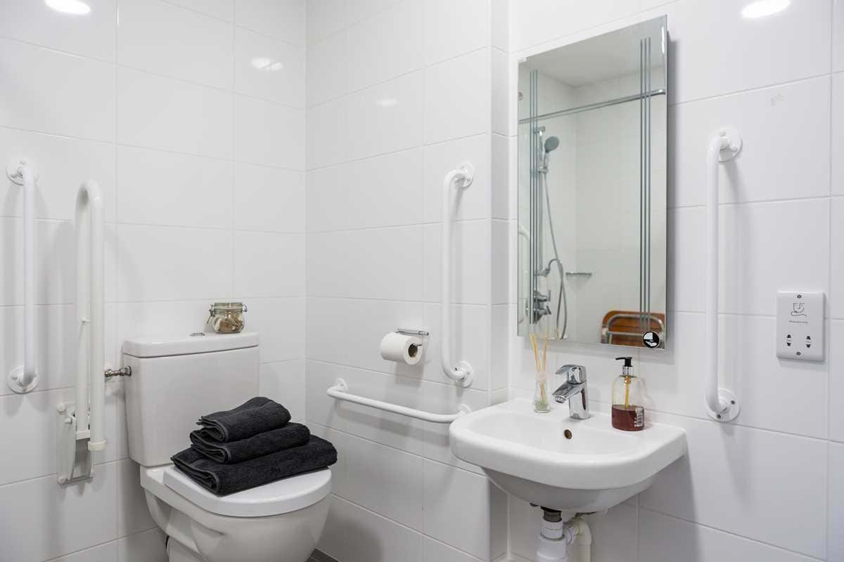 Chapter-Lewisham-London-Gold-Studio-Accessible-Bathroom-Unilodgers