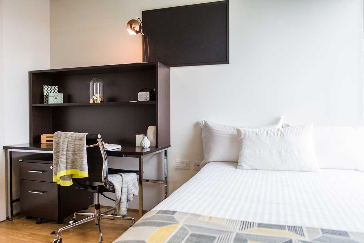 Chapter-Spitalfields-London-2-Bedroom-Apartment-Bed-And-Study-Space-Unilodgers