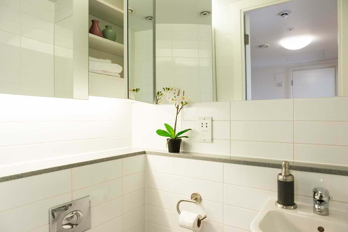 Chapter-Spitalfields-London-2-Bedroom-Apartment-Shared-Bathroom-01-Unilodgers