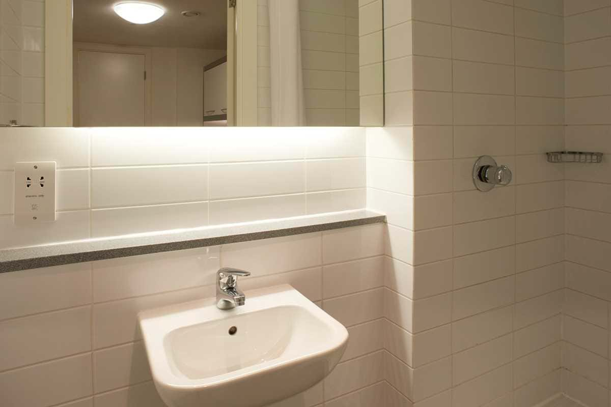 Chapter-Spitalfields-London-4-Bedroom-Apartment-Bathroom-01-Unilodgers