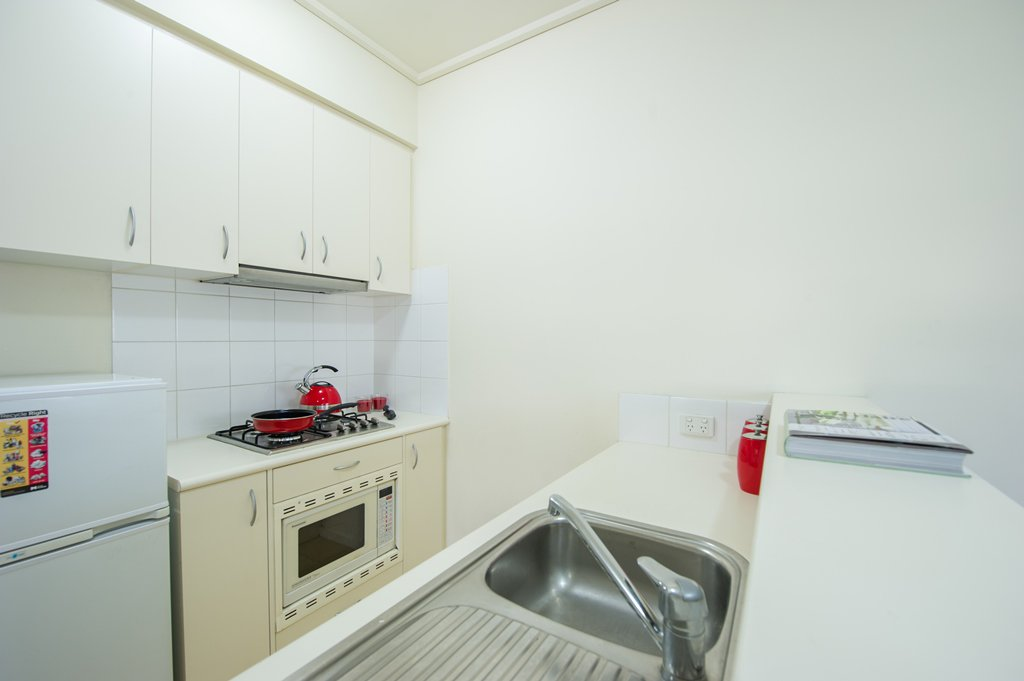 College-Square-on-Lygon-Melbourne-Kitchen-Area-Unilodgers