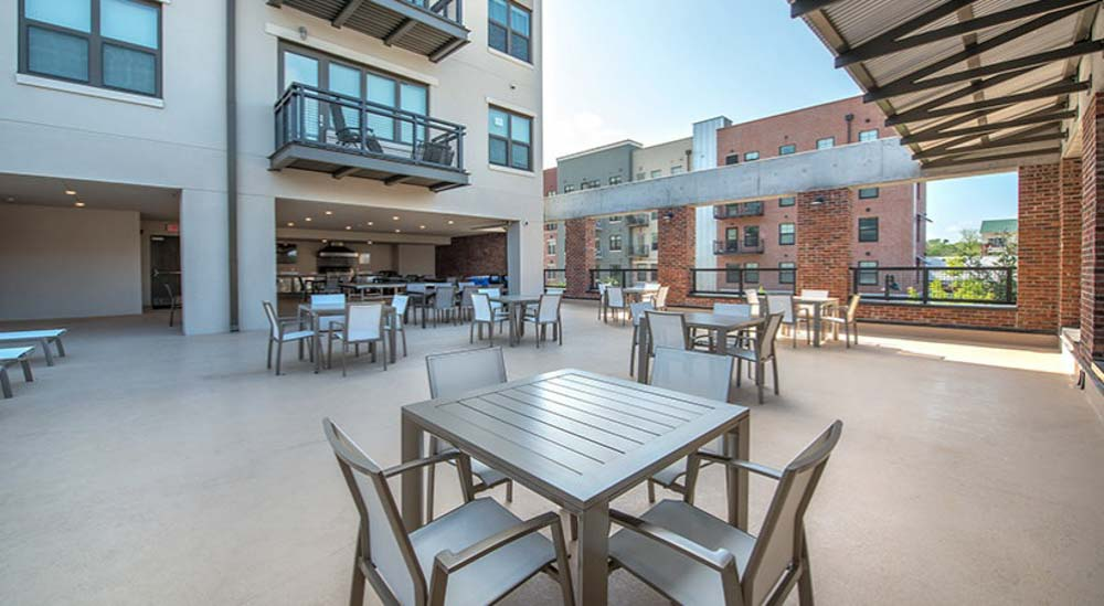 College-Town-Student-Apartments-Tallahassee-FL-Outdoor-Courtyard-Unilodgers