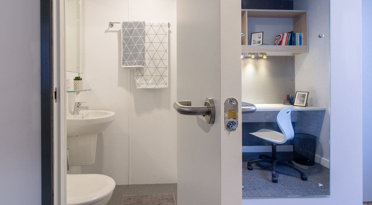 Cottages-@-Westwood-Coventry-Bathroom-Unilodgers
