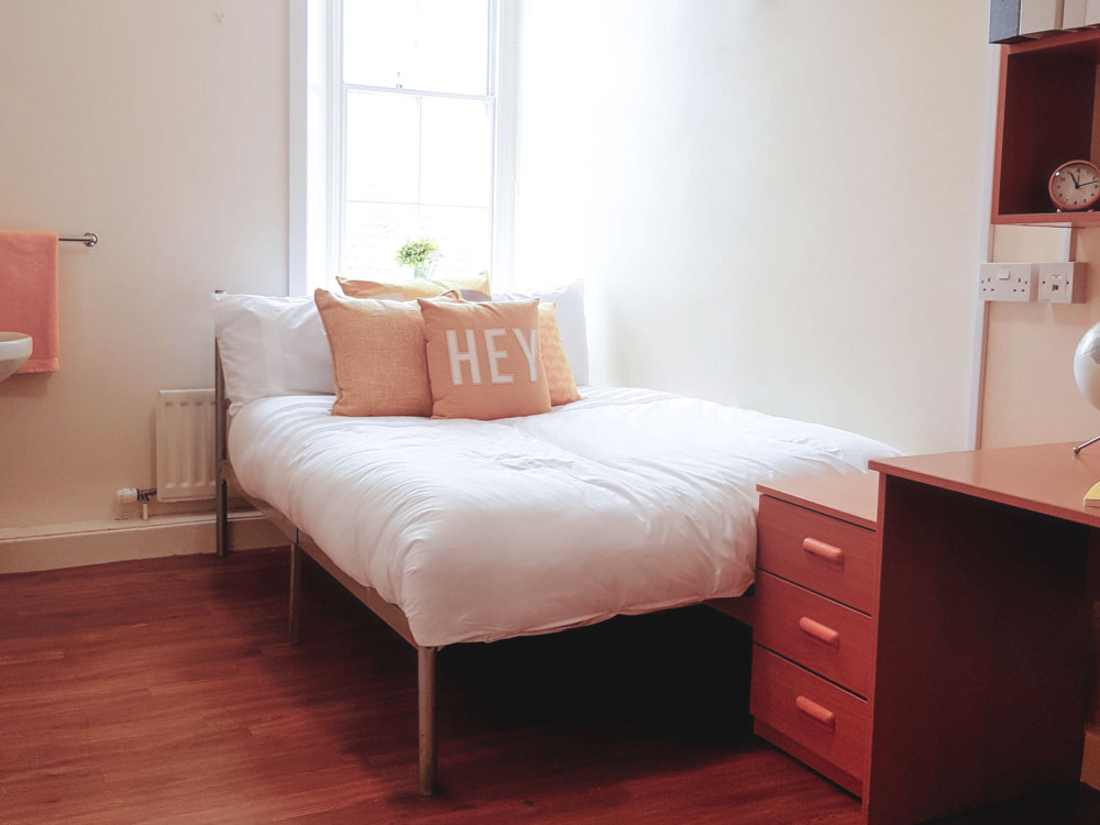Dwell-Garth-Heads-New-Castle-Bedroom-Unilodgers