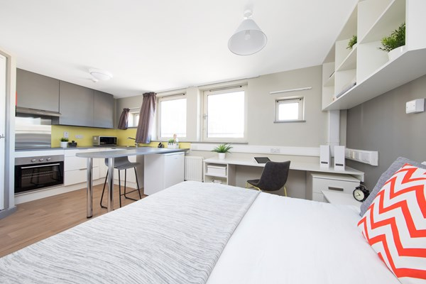 East-Central-House-London-Bedroom-With-Study-Desk-And-Chair-Unilodgers