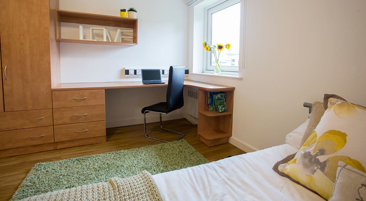 Exeter-One-Exeter-Deluxe-EnSuite-Bedroom-1-Unilodgers