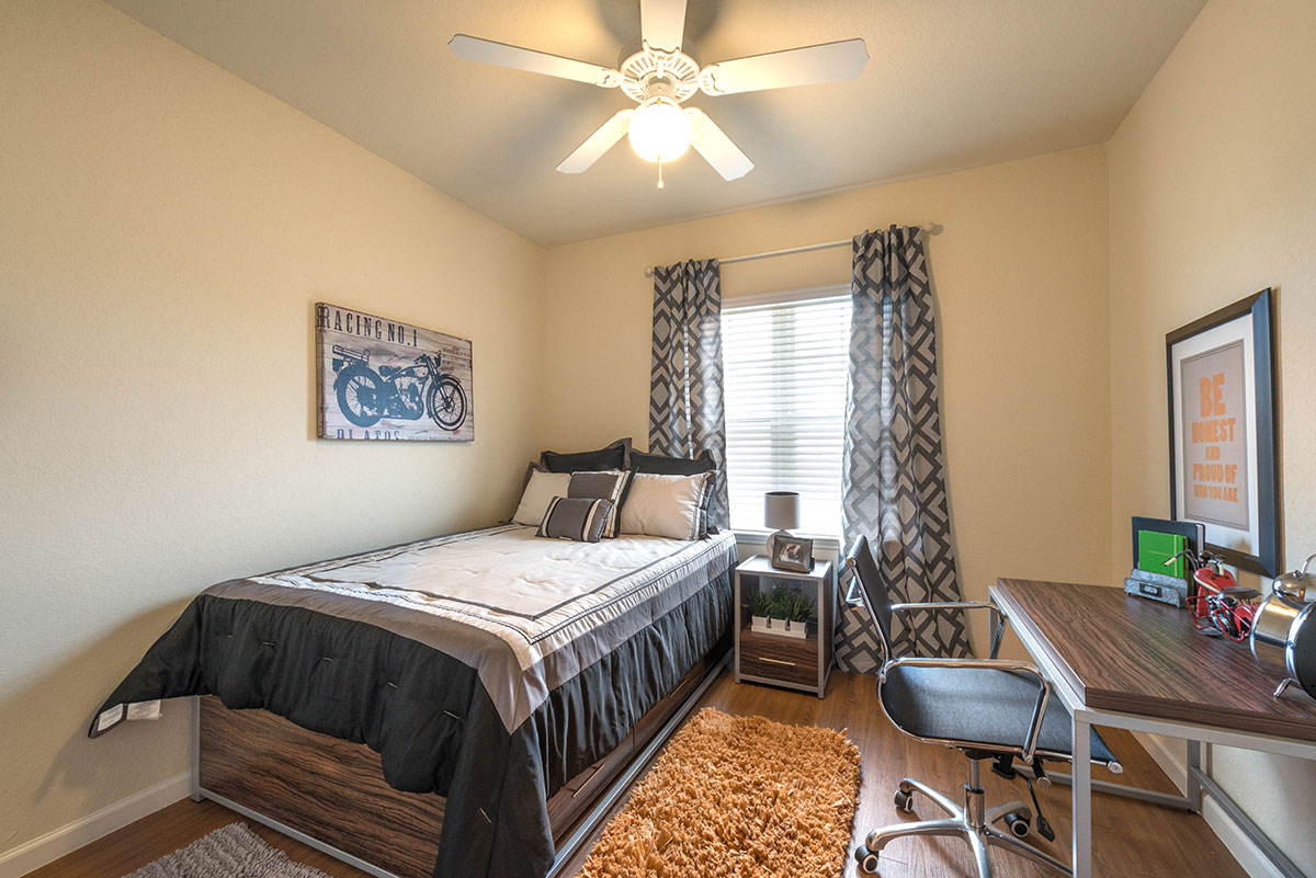 Forum-Tallahassee-FL-Bedroom-With-Study-Area-Unilodgers