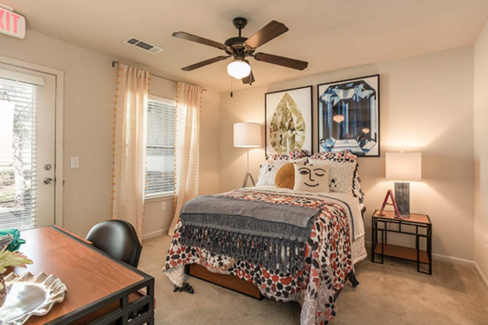 Gateway-At-Huntsville-TX-Bedroom-With-Study-Desk-Unilodgers