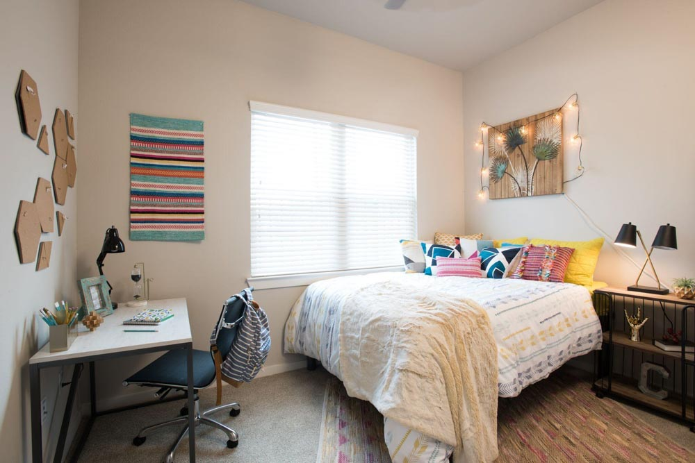 Gateway-on-Cullen-Houston-TX-Bedroom-Unilodgers