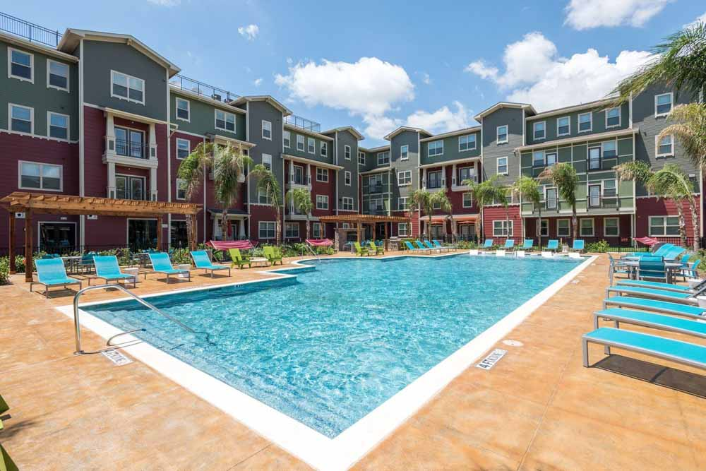 Gateway-on-Cullen-Houston-TX-Swimming-Pool-Unilodgers