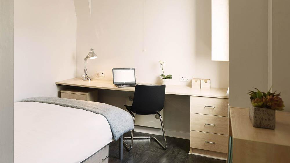 Great-Newton-House-Liverpool-Gold-En-Suite-Bedroom-Unilodgers