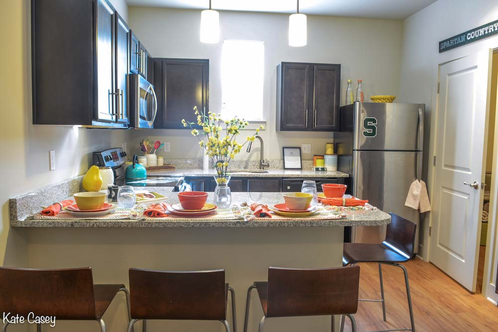Hannah-Lofts-&-Townhomes-East-Lansing-MI-Kitchen-With-Breakfast-Bar-Unilodgers