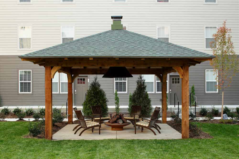 Hannah-Lofts-&-Townhomes-East-Lansing-MI-Outdoor-Courtyard-With-Fire-Pit-Unilodgers